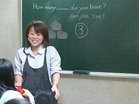 小学生英語クラスの授業風景です。「聴く・話す」から始め「読む・書く」まで指導しています。