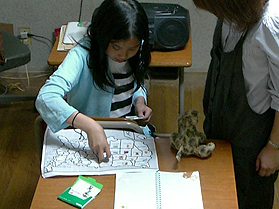 英語でパズルをやっている様子です。遊び感覚で英語に触れていきます。