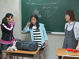 曲に合わせて英語で歌いながらダンスをしている様子です。楽しみながら英語を学びます。