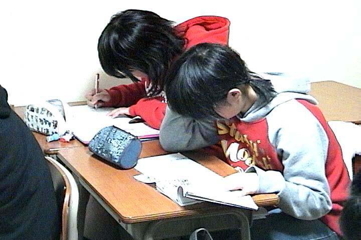 講義の後、問題演習に取り組んでいる様子です。