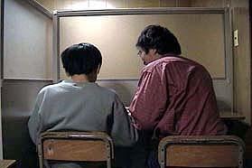 質問に答えている様子です。教師の手があいているときでしたら、自習中でも自由に質問できます。