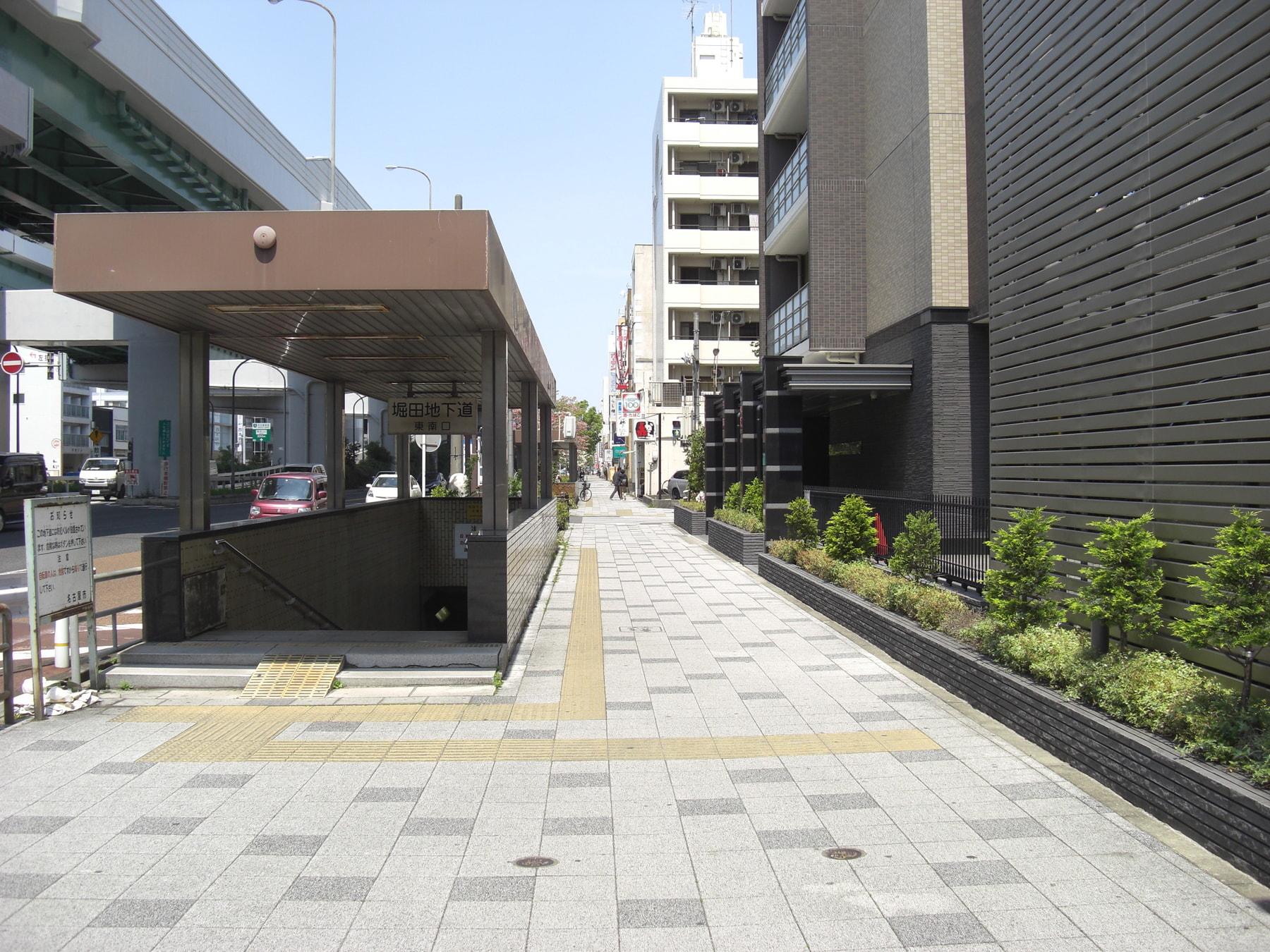 UFJ銀行を越えると地下道が見えます。地下道を越えると短い横断歩道がありますので渡ってください。
