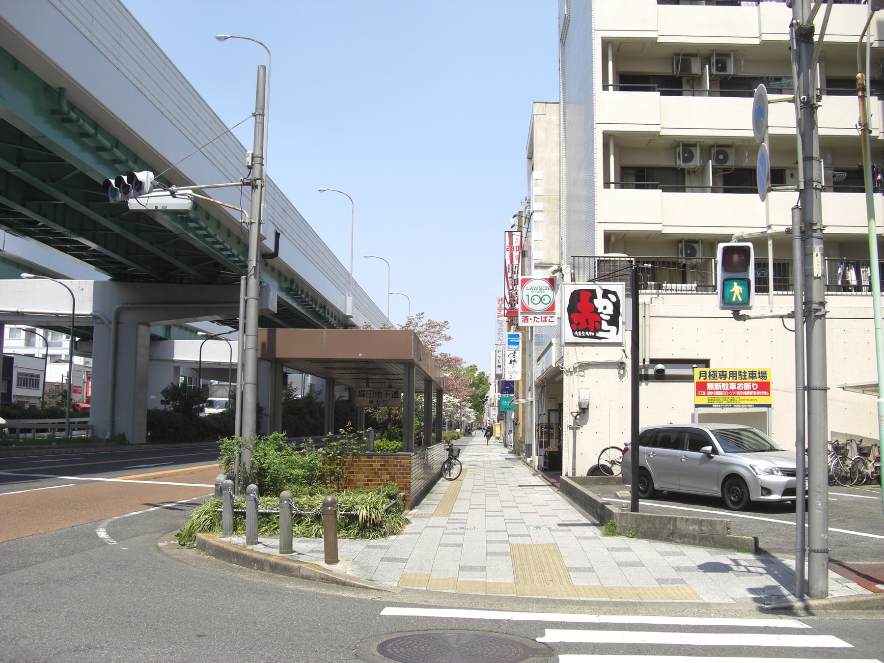 昭和食堂さんを越えて、駐車場をはさみ次の3軒続きのビルが当塾が入っている建物です。