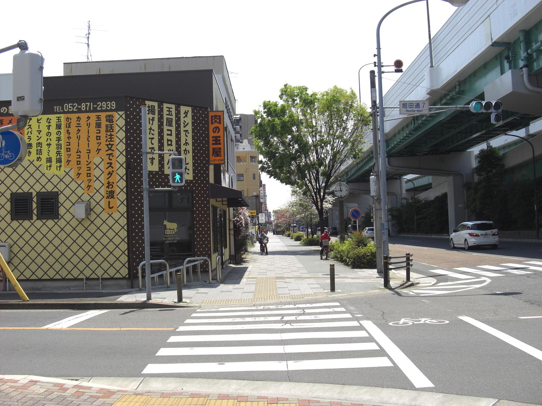 「牛巻」の交差点方向から堀田駅へ向かって当塾側の歩道を歩いてくるときの街の様子です。